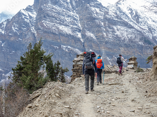 Foto op Canvas Alpinisme Porters on the Hiking Trail on Annapurna Circuit