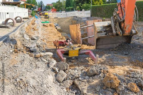 Billede på lærred Auswechseln der Kanalisation im Wohngebiet