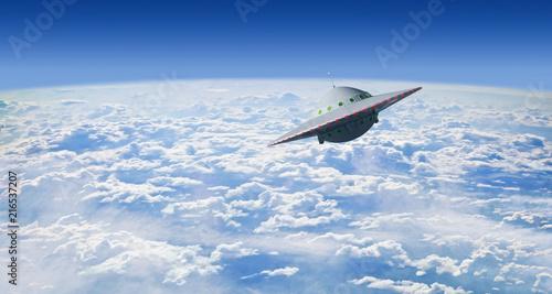 Fliegende Untertasse über Wolken
