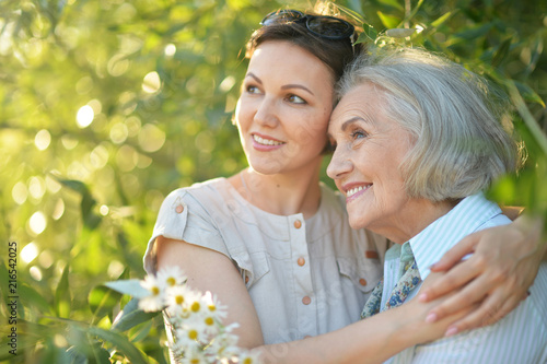Photo cheerful mother and adult daughter