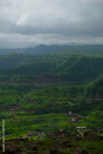 In de dag Donkergrijs Lush green monsoon nature landscape mountains, hills, Purandar, Pune, Maharashtra, India