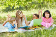 Gruppe Kinder auf einer Wiese im Sommer