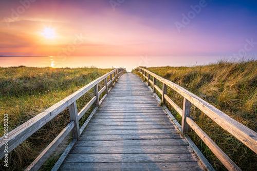 Spoed Foto op Canvas Noordzee Holzsteg führt durch die Dünen zum Strand