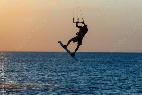kitesurfer-robi-triki-podczas-zachodu-slonca