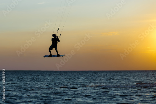 kitesurfer-podczas-zachodu-slonca