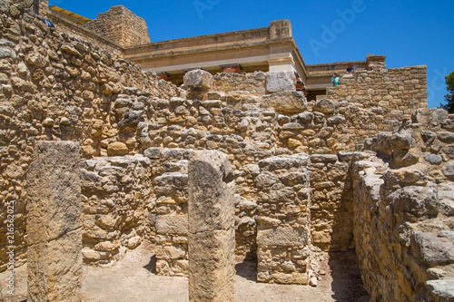 Papiers peints Con. Antique Greece, Crete, Heraklion - July 18, 2018: Knossos ruins, ceremonial and political centre of the tsar Minos. Archaeological site connected with legends of Daedalus, Minotaur, Ariadne and Icarus