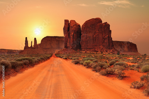 Foto op Plexiglas Oranje eclat Dirt road in Monument Valley Tribal Park, Utah, USA