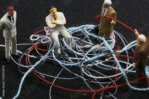 Fotografie, Obraz  もつれた紐とビジネスマンたち