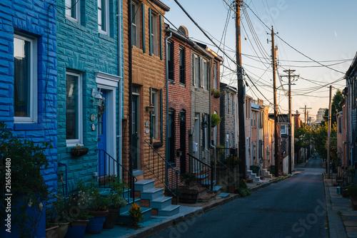 kolorowi-rzedow-domy-wzdluz-kaplicy-ulicy-w-masarki-wzgorzu-baltimore-mar