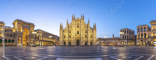 Photo Milan panorama city skyline sunrise at Milano Duomo Cathedral, Milan Italy