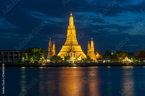 Staande foto Bangkok Wat Arun Temple beside Chao Phraya River at twilight time in Bangkok, Thailand. One of the most famous place of Thailand's landmarks. Light reflection on smooth water.
