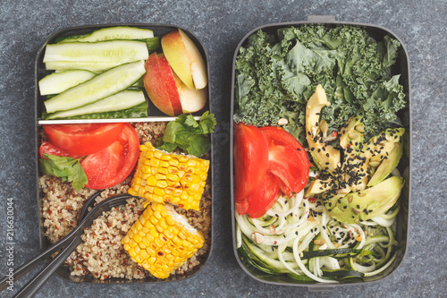 Papiers peints Assortiment Healthy meal prep containers with quinoa, avocado, corn, zucchini noodles and kale.