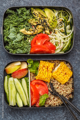 In de dag Assortiment Healthy meal prep containers with quinoa, avocado, corn, zucchini noodles and kale.