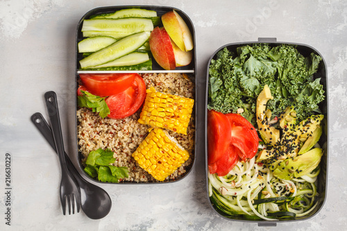 In de dag Assortiment Healthy meal prep containers with quinoa, avocado, corn, zucchini noodles and kale. Takeaway food.