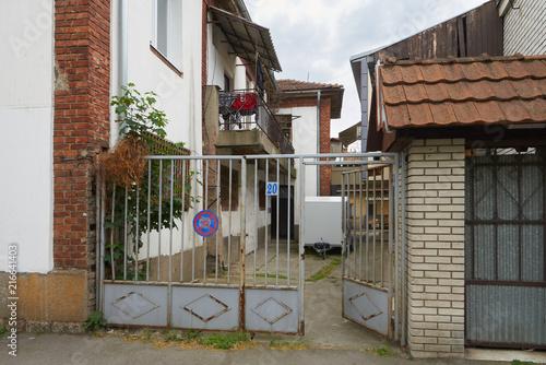 Foto op Plexiglas New York TAXI Gates and courtyard in Belgrade