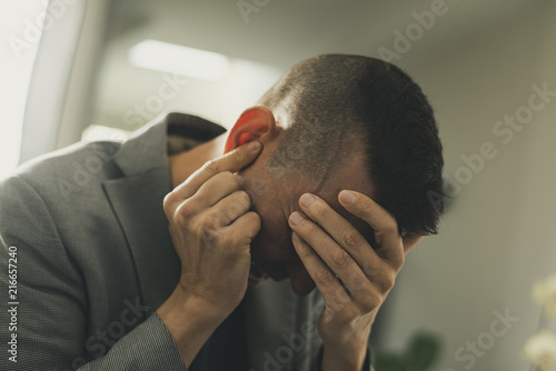 Photo  suffering man with his hands in his head