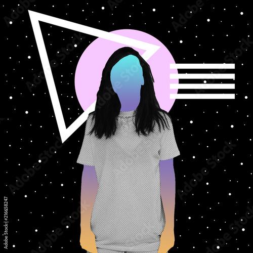 Dziewczyna z teksturą gazety i gradientem zamiast twarzy stoi na tle przestrzeni i geometrycznych kształtów. Kolaż sztuki współczesnej.