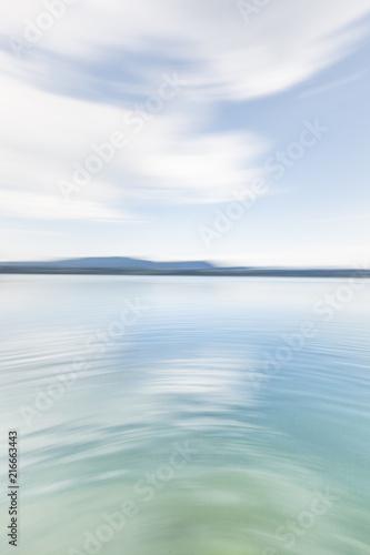 Fototapeta Hintergundbild, Background, Friedliche Wasserlandschaft mit Land am Horizont