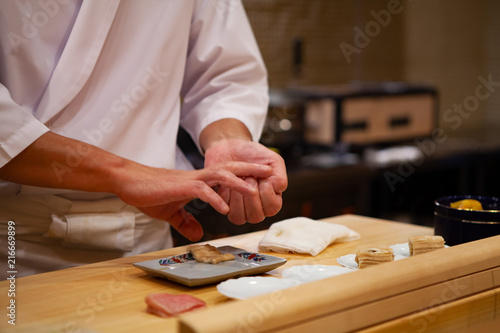 Carta da parati  Professional sushi chef carefully using just the right pressure to make perfect sushi with confident and dedication