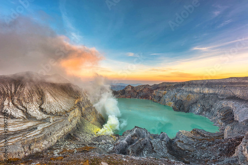Fotografia  Beautiful morning light view on crater Kawah Ijen at Bondowoso, Indonesia