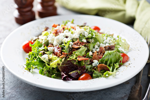 Fotografija Green salad with blue cheese and bacon