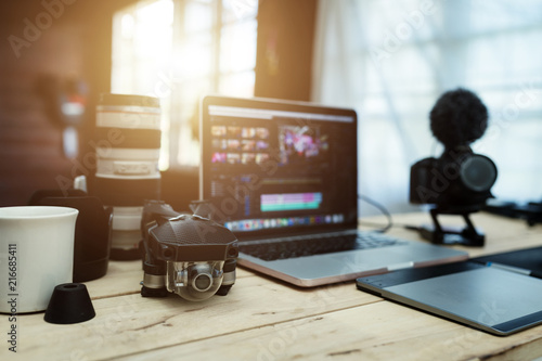 Fotografía The accessories gear for Youtuber creative and Vlogger editor in house office the laptop Lens Camera and Drone And for editing video upload to internet