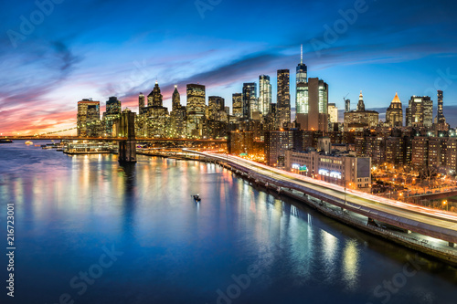 Fotobehang Amerikaanse Plekken Manhattan skyline bei Nacht, New York City, USA