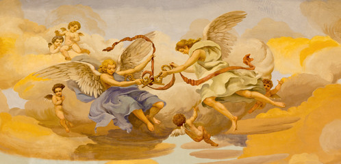 REGGIO EMILIA, WŁOCHY - 13 kwietnia 2018: Fresk aniołów z symbolicznymi kluczami św. Piotra w kościele Chiesa di San Pietro Anselmo Govi (1939).