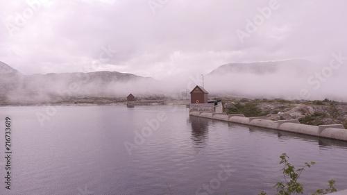 Papiers peints Scandinavie Energie durch Wasserkraft - tiefhängende Wolken über Stausee