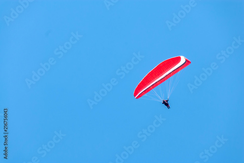 Foto op Plexiglas Luchtsport Hang glider soars through a pristine blue sky III