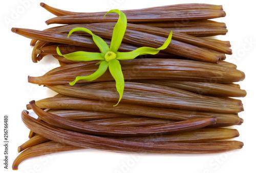 Fotobehang Aromatische fleur d'ylang-ylang sur gousses fraîches de vanille