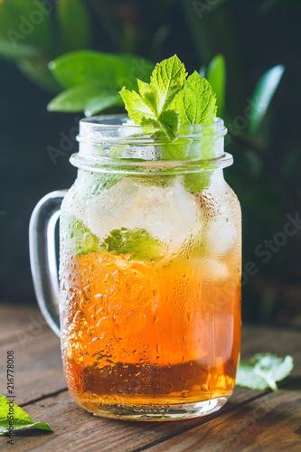 lodowa-czarna-herbata-z-liscmi-miety