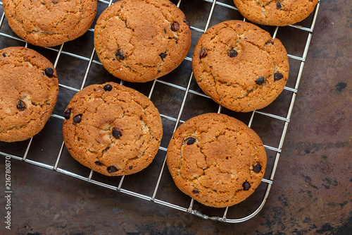 Poster Koekjes Home freshly baked oatmeal and chocolate chips cookies on cooling rack. Healthy snack for Breakfast