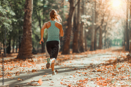 Montage in der Fensternische Jogging Woman Jogging Outdoors in The Fall