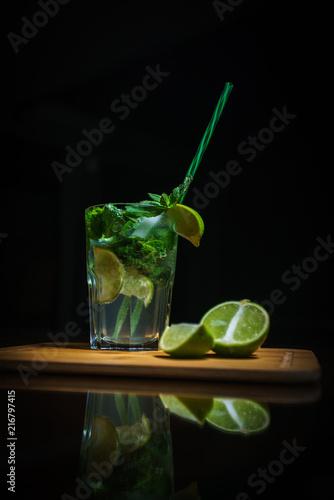 Láminas  Fresh cocktail on a black background