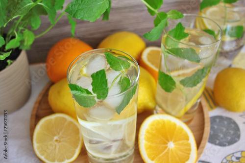 Woda z lodem, cytryną i miętą