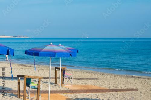 Staande foto Strand Beach umbrella near the sea