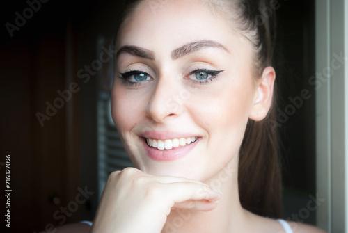 Fotografía  Beautiful young natural italian brunette