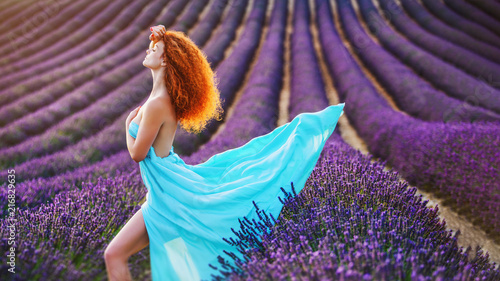Poster Prune Pretty smiling girl relaxing in lavender field