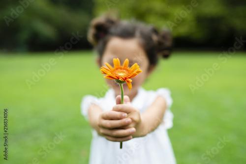 花を持つ女の子 Canvas Print