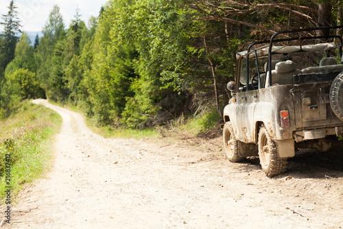 Fotografía Off road 4x4 adventure, jeep on mountain dirt road