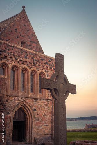 Valokuva St John's Celtic Cross in Front of Iona Abbey at Dusk