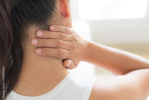 Photo Closeup woman neck and shoulder pain and injury