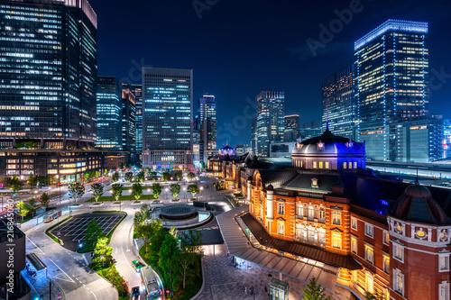 Obrazy Tokio  tokio-dworzec-kolejowy-i-budynek-dzielnicy-biznesowej-w-nocy-japonia