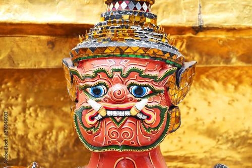 Fotografia tradition demon mask statue with golden background