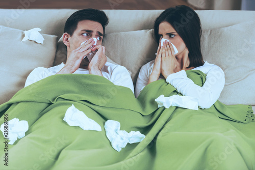 Fotografia  Sick Couple Blowing Noses.