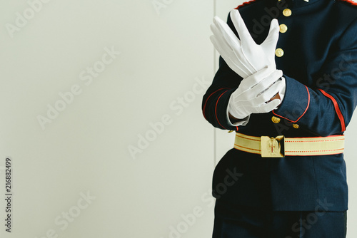 Fotografía  Military man hands putting on some elegant white gloves.