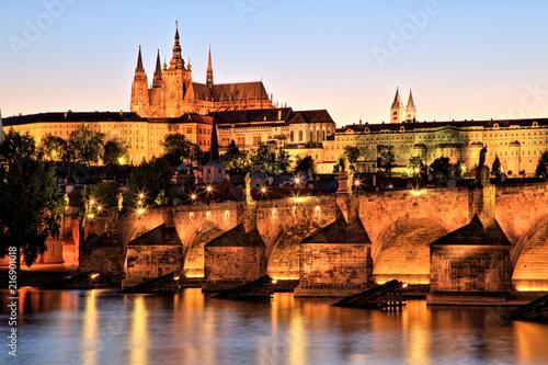 In de dag Praag Prague Castle with Charles Bridge at Dusk
