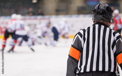 Photo  hockey referee on ice