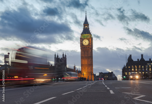 Foto op Canvas Londen London city view with Big Ben and car traffic at evening.